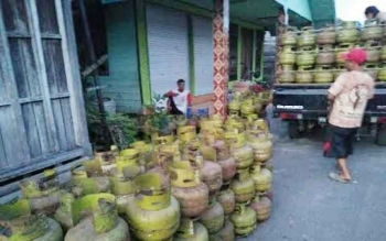 Gas LPG isi 3 kg ini menumpuk di jalan sekitar Pelabuhan Kasongan, dan selanjutnya tabung gas ini akan dikirim ke pelosok desa oleh tengkulak. Warga Katingan mengeluhkan naiknya harga gas 3 kg ini.