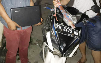Barang bukti sepeda motor dan laptop milik Emanuel Kaju, korban kecelakaan yang dibawa kabur pemuda bernama Roy Ikhwani (21), warga Jalan Perdana, Palangka Raya.