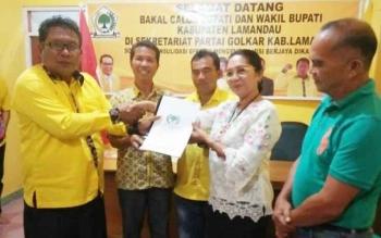 Sata Umani (dua kanan) kala menyerahkan berkas pendaftaran menjadi balon Bupati Lamandau 2018-2023 ke Partai Golkar, belum lama ini.