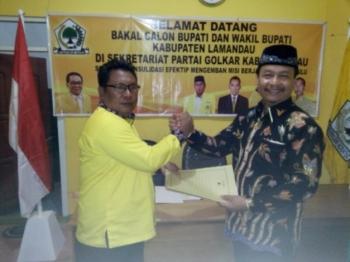 Wakil Bupati Lamandau,Sugiyarto, saat menyerahkan berkas pendaftaran menjadi Bacalon Bupati kepada Partai Golkar, beberapa waktu lalu.