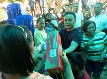 Gubernur Kalteng memberikan hadiah bola saat melintas di Barito Selatan