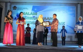Kepala KP2KP Buntok penyerahan hadiah kepada pemenang bendahara desa terbaik