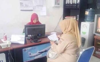 Salah satu calon penumpang pesawat Trigana Air saat membeli tiket di kantor Trigana Pangkalan Bun belum lama ini.