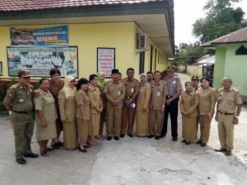 Para guru SDN 6 Palangka menyempatkan foto bersama dengan Wali Kota Palangka Raya, Riban Satia, Senin (15/5/2017)