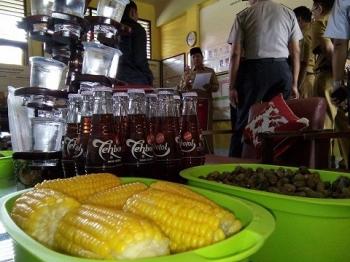 Jagung rebus yang disediakan para guru SDN 3 Pahndut masih utuh