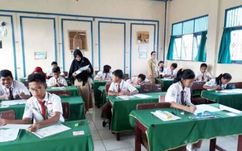 Siswa SDN Mendawai 2 Sukamara saat mengikuti Ujian Sekolah, Senin (15/5/2017). Kepala Dinas Pendidikan dan Kebudayaan Sukamara, Ilham Massora berharap 978 siswa SD di wilayahnya bisa ikut US, dan lulus 100%.