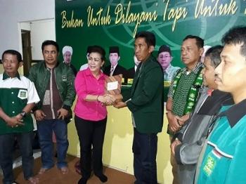 Tuty Dau mengambil berkas penjaringan bakal calon dari pengurus DPC PKB Kota Palangka Raya