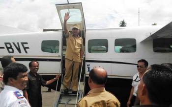 Bupati Gumas Arton S Dohong melambaikan tangan sebelum uji coba penerbangan menggunakan pesawat Susi Air, Senin (15/5/2017)