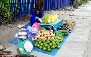 Mama Erni Erlani sedang berjualan di trotoar di Jalan Kinibalu, Palangka Raya