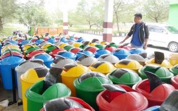 Tempat sampah yang akan dibagikan masih disimpan di tempat parkir DLH Sukamara.