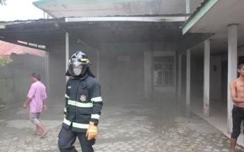 Petugas damkar dan karyawan Hotel Bukit Raya memadamkan api dari salah satu kamar yang terbakar, Senin (15/5/2017). Komandan Regu III Dinas Pemadam Kebakaran dan Keselamatan Kotim, Susanto, Senin (15/5/2017), mengungkapkan, puluhan hotel melati di Kotim