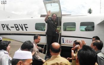 Ketua DPRD Kabupaten Gunung Mas Gumer saat menaiki pesawat Susi Air pada uji coba penerbangan, Senin (15/5/2017).