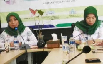 Kepala BPJS Cabang Palangka Raya Fitria Nurlaila Pulukadang (kiri) memberikan keterangan kepada wartawan, Senin (15/5/2017).
