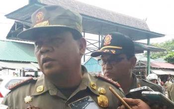 Plt Kepala Dinas Satpol PP Kotim, Rihel, memberikan keterangan usai eksekusi PKL kawasan Pasar Subuh Sampit, Senin (15/5/2017).