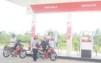 Masyarakat saat melakukan pengisian BBM di SPBU PT Bangun Sukma Jaya.