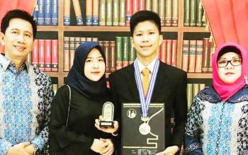 Akhmad Gunadi alias Agi Borneo lulus dengan predikat sangat memuaskan dari SMA Al Azhar, Jakarta. Agi Borneo merupakan putra Bupati Barito Utara Nadalsyah dan Sri Hidayati.