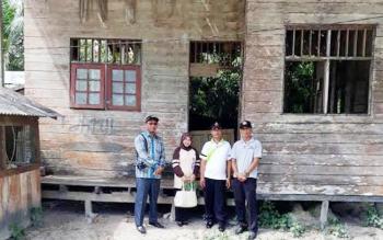 Anggota Komisi III DPRD Kotim, H Abdul Sahid saat melihat kondisi sarana pendidikan yang cukup memprihatinkan di salah satu sekolah Kabupaten Kotim.