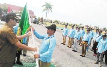 Wakil Bupati Gumas Rony Karlos menyerahkan panji Kabupaten Gumas kepada pimpinan kontingen FBIM Gunung Mas, Selasa (16/5/2017).