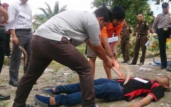 Polres Kobar menggelar rekonstruksi kasus pembunuhan sadis di Desa Batu Belaman.Reka ulang menampilkan 13 adegan dengan tiga lokasi.