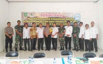Dinas Lingkungan Hidup (DLH) Sukamara bersama masyarakat dan narasumber usai sosialiasi. Dinas Lingkungan Hidup (DLH) Sukamara menggelar sosalisasi larangan membakar kepada masyarakat Kecamatan Jelai, Selasa (16/5/2017).