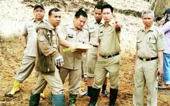 Bupati Barito Nadalsyah didampingi Kepala Dinas PUPR Ferry Kusmiadi beserta rombongan meninjau lokasi pemancangan tiang jembatan Lahei, Selasa (16/5/2017).