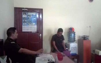 Kasi Pidana Khusus (Pidsus) Andrianto Budi Santoso bersama tersangka Cornedi