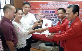 Sata Umani menyerahkan berkas pendaftaran pada penjaringan kepala daerah di Kantor DPC PDI Perjuangan Lamandau, Selasa (16/5/2017)