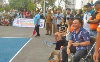 Gubernur Kalimantan Tengah Sugianto Sabran menyaksikan pertandingan bola voli putra di halaman Polda Kalteng, Selasa (16/5/2017).
