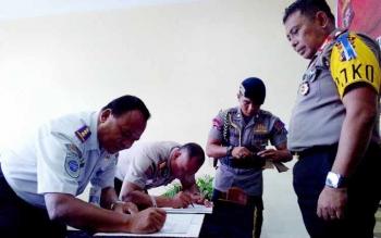 Kepala Bandara, Paryono, Dir Pamobvit Kombes Joko Surachmanto melakukan penandatanganan MoU yang kemudian dilanjutkan Kapolda Kalteng Brigjen Anang Revandoko, Rabu (17/5/2017).