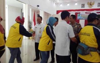 Plt Sekda Sukamara, Sutrisno bersalaman dengan peserta Festival Budaya Isen Mulang Kabupaten Sukamara