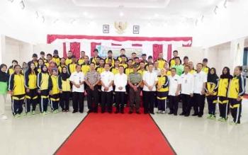 Plt Sekda Sukamara, Sutrisno saat berfoto bersama kontingen Festival Budaya Isen Mulang tingkat Provinsi Kalimantan Tengah