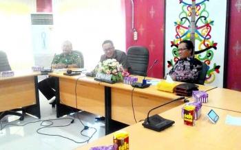 Anggota DPRD Kota Madiun sedang berdialog dengan Ketua Komisi A DPRD Kota Palangka Raya