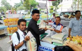 Salah seorang wartawan (baju putih) menerima beras dari Wakil Walikota Palangka Raya, Mofit Saptono Subagio