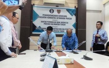 Kepala Bank Indonesia Perwakilan Kalimantan Tengah Wuryanto dan Kepala Dinas Tanaman Pangan Hortikultura dan Peternakan Kalteng Sutrisno menandatangani perjanjian kerjasama penguatan komoditas ketahanan pangan, Rabu (17/5/2017).