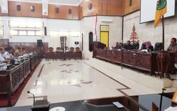 Rapat Dengan Pendapat anatara Komisi III DPRD Kabupaten Kapuas bersama mitra kerja Dinas PUPRPKP dan Rekanan di ruangan Sidang Paripurna Selasa(16/5/2017) sore.