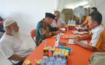 Rizky R Badjuri (peci hitam) mendaftarkan diri sebagai bakal calon wali kota ke DPC Partai Hanura Palangka Raya, Rabu (17/5/2017).