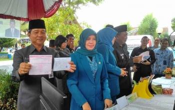 Wali Kota Palangka Raya Riban Satia membayar pajak di stand Kantor Pos dan rangkaian kegiatan Pencanangan Pekan Panutan Pembayaran Pajak Bumi dan Bangunan Perdesaan Perkotaan, Rabu (17/5/2017).