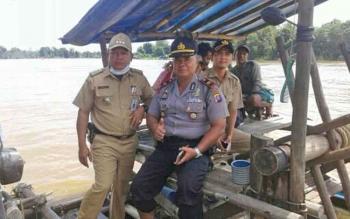 Camat Tasik Payawan Pimanto bersama Kapolsek Tasik Payawan dan Kamipang Iptu Muludin saat memberikan penyuluhan kepada penambang emas tanpa izin di Sungai Katingan.