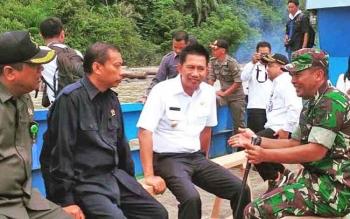 Bupai Barito Utara Nadalsyah didampingi Dandim 1013/Muara Teweh saaat menuju lokasi pemancangan tiang pertama Jembatan Sungai Lahei, Rabu (17/5/2017).