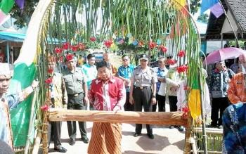 Bupati Katingan Ahmad Yantenglie melaksanakan potong pantan saat berkunjung ke Desa Tewang Kadamba dalam rangka pembentukan kampung KB, Kamis (18/5/2017).