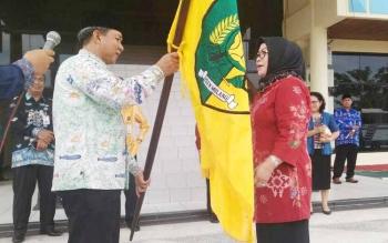 Walikota Palangka Raya HM Riban Satia menyerahkan bendera kepada Kepala Dinas Pariwisata dan Kebudayaan Norma Hikmah, Kamis (18/5/2017)
