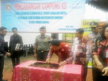 Bupati Ahmad Yantenglie didampingi Sekda Nikodemus menandatangani prasasti pencanangan kampung KB di Desa Tewang Kadamba, Kamis (18/5/2017)
