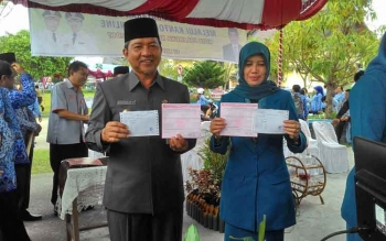 Wali Kota Palangka Raya Riban Satia membayar pajak di loket Kantor Pos pada momen Pekan Panutan Pajak, Rabu (17/5/2017).