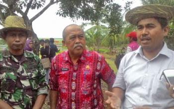 Direktur Pupuk Kementerian Pertanian yang diwakili Nispuani menggunakan baju putih di dampingi Kepala Dinas Pertanian Ir Sutrisno dan Dandim 1011 KLK Letkol Inf Ahmad Syaikhu S.Ag.