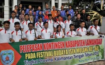Tampak sekda beserta sejumlah pejabat lainnya saat melakukan sesi foto bersama pada pelepasan kontingen FBIM Lamandau yang akan berangkat ke kota Sampit, Kamis (18/5/2017)
