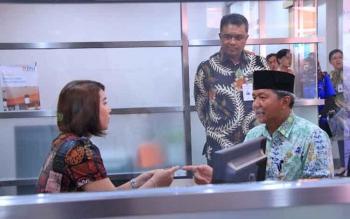 Wali Kota Palangka Raya Riban Satia berbincang dengan costumer service salah satu perbankan yang baru buka di Kota Cantik, Kamis (18/5/2017).