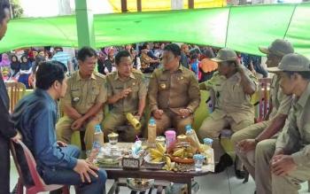 Bupati Pulang Pisau Edy Pratowo (empat kanan) dan Kepala DPMD M Syaripul Pasaribu (empat kiri) berbincang dengan sejumlah aparatur sipil negara ketika berkunjung ke Desa Sidodadi, Kecamatan Maliku, Senin (15/5/2017) lalu.