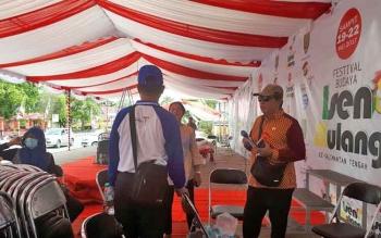 Kepala Dinas Kebudayaan dan Pariwisata Kotim, Fajrurrahman (kanan) saat meninjau ke lokasi FBIM di Taman Kota Sampit.