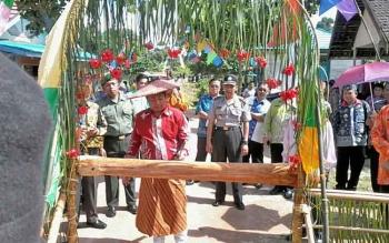 Bupati Katingan Ahmad Yantenglie disambut acara adat potong pantan di Desa Tewang Kadamba, Kamis (18/5/2017).