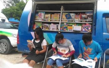 Mobil perpustakaan milik Dinas Perpustakaan dan Kearsipan Daerah Kabupaten Gunung Mas saat memberikan pelayanan baca di Desa Rangan Tate, Kecamatan Mihing Raya